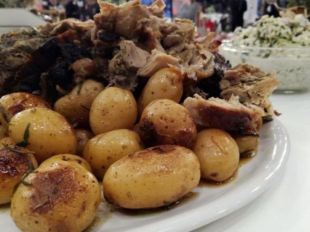 Χοιρινό μπούτι με πατάτες baby