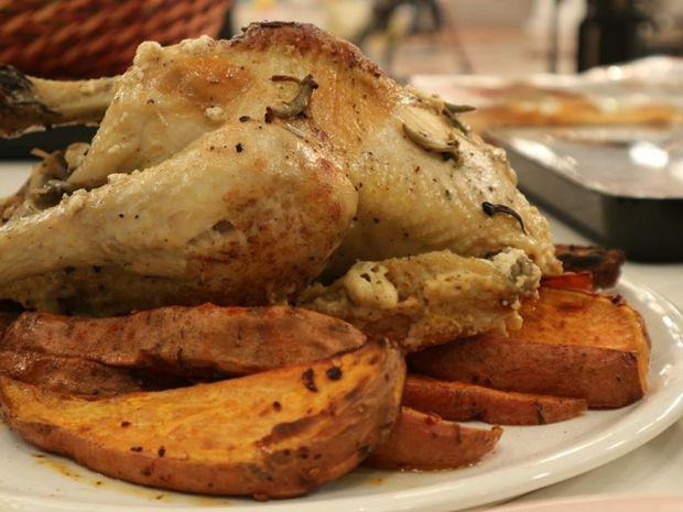 Κοτόπουλο στη γάστρα με γάλα, φασκόμηλο και ψητές γλυκοπατάτες