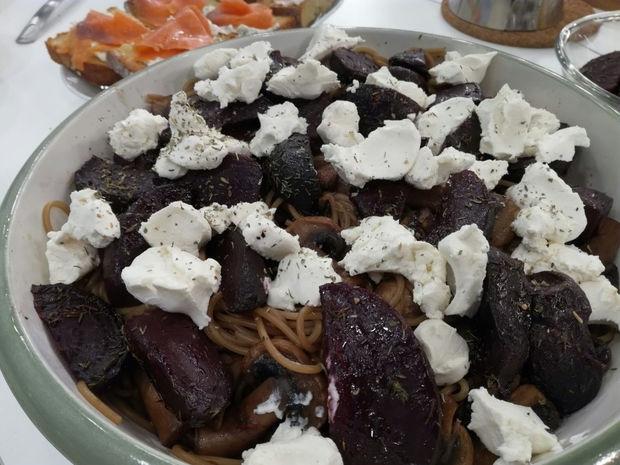 Σπαγγέτι με ψητά παντζάρια, κατσικίσιο τυρί και βαλσάμικο