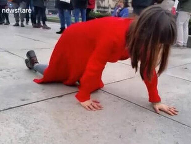 Γιατί μία γυναίκα με κόκκινα ρούχα… μπουσουλούσε σε πλατεία του Λονδίνου; (vid)