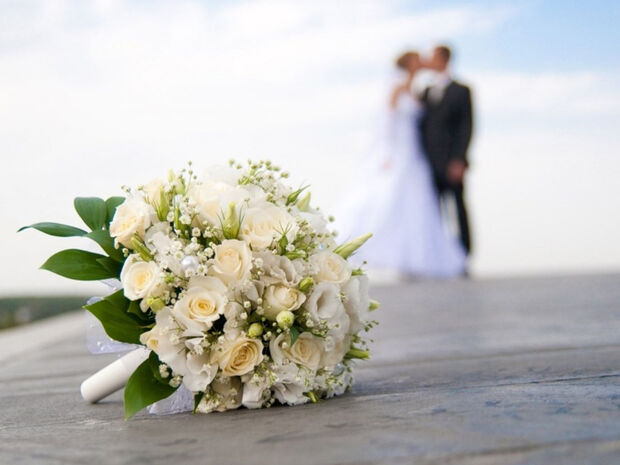Ραφτείτε! Ζευγάρι της ελληνικής showbiz ανεβαίνει τα σκαλιά της εκκλησίας μετά από δυο χρόνια σχέσης