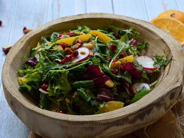 Πράσινη σαλάτα με πορτοκάλι, ρόδι και ραπανάκια