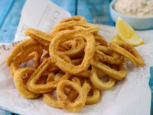Καλαμάρια τηγανιτά με ταραμοσαλάτα