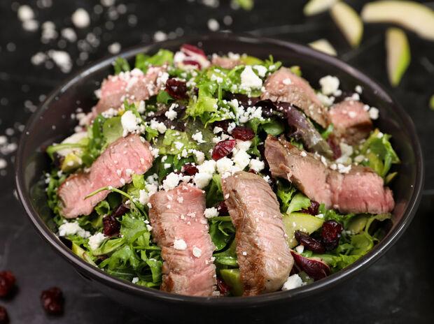 Σαλάτα με μοσχάρι: Η πεντανόστιμη συνταγή του Γιώργου Τσούλη για να τους εντυπωσιάσεις όλους