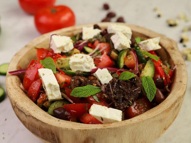 Ο Γιώργος Τσούλης σου δείχνει πώς να φτιάξεις την πιο νόστιμη χωριάτικη σαλάτα
