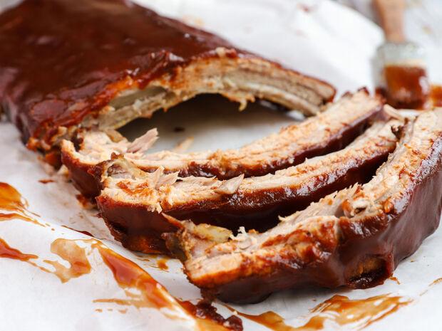 Καραμελωμένα spare ribs με bbq sauce και σαλάτα coleslaw του Γιώργου Τσούλη