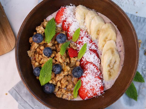 Υγιεινό μπολ (Buddha bowl) με γκρανόλα και φρούτα