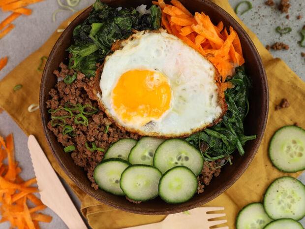 Ο Γιώργος Τσούλης προτείνει: Υγιεινό μπολ (Buddha bowl) με ρύζι, κιμά και αβγό