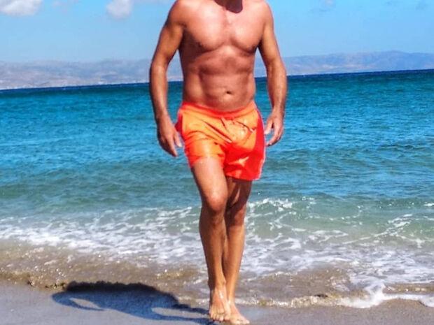 Έλληνας ηθοποιός, 57 ετών, με κοιλιακούς... φέτες! (photos)