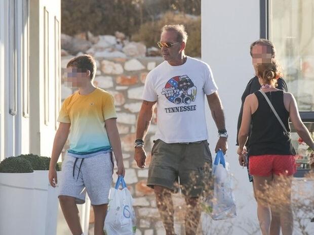 Πέτρος Κωστόπουλος: Στην Πάρο με τον γιο του, Μάξιμο (photos)