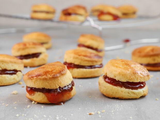 Αφράτα μπισκότα με μαρμελάδα φράουλας