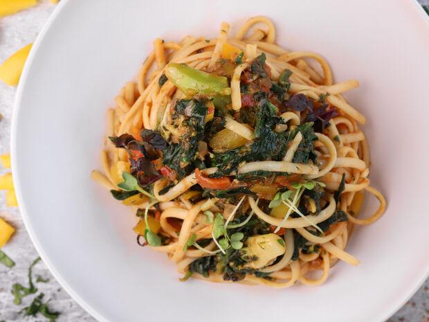 Λιγκουίνι με σπανάκι και λαχανικά