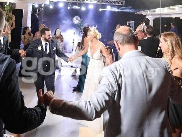 Μύκονος: Έβαλε το στέμμα της και έσυρε το χορό στο γάμο της! (photos)
