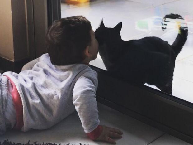 Γιος Ελληνίδας ηθοποιού παίζει με η γάτα μέσα από το παράθυρο (pics)