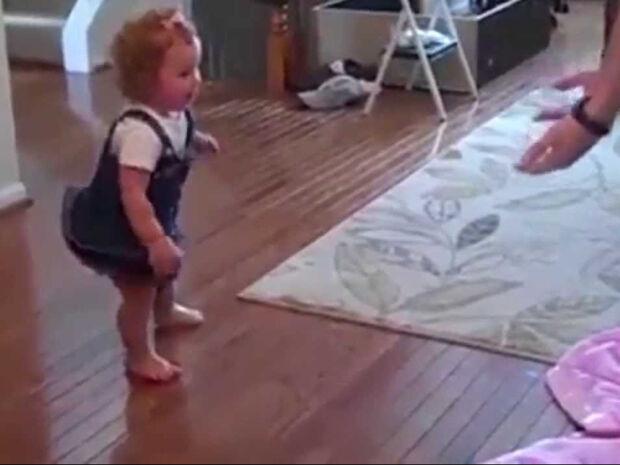 Κοριτσάκι κάνει τα πρώτα του βήματα με τεχνητό μέλος - Ένα βίντεο που θα σας συγκινήσει (vid)