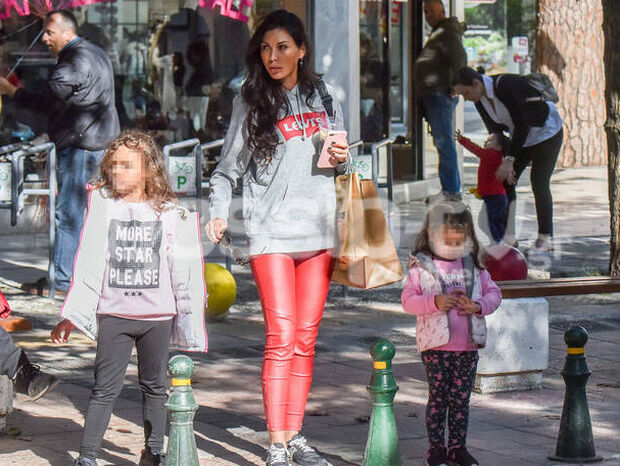 Ιωάννα Μπούκη-Σρόϊτερ: Με τις κόρες της για ψώνια – Έχουν το ίδιο στυλ (photos)