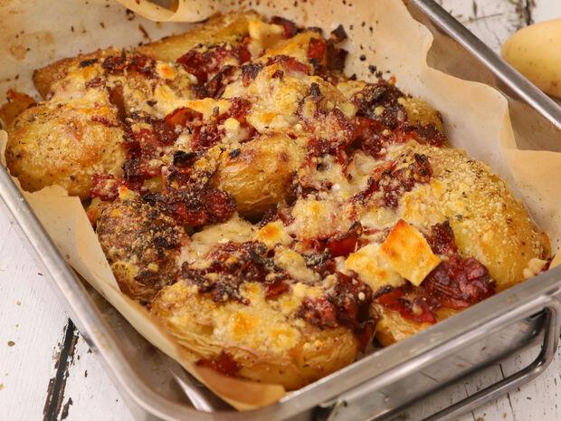 Συνταγή για ψητές πατάτες με μπέικον και παρμεζάνα από τον Γιώργο Τσούλη