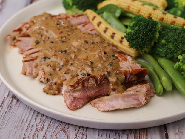 Συνταγή για μοσχαρίσια μπριζόλα με pepper sauce και λαχανικά από τον Γιώργο Τσούλη