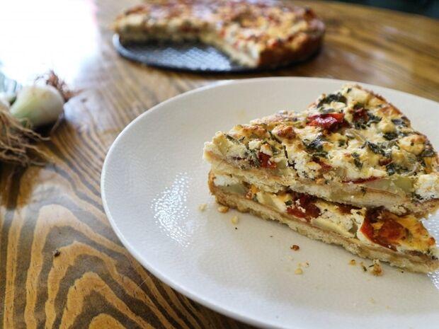 Συνταγή για τάρτα με πατάτες, φρέσκια κρεμμυδάκια & γκούντα από τον Γιώργο Τσούλη