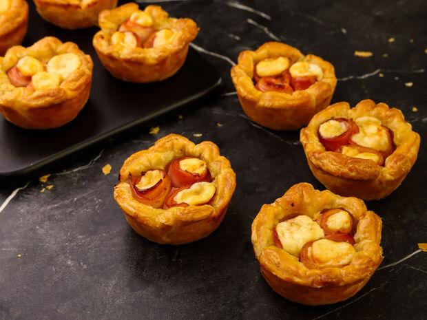 Συνταγή για πιτάκια με μπέικον και γραβιέρα από τον Γιώργο Τσούλη