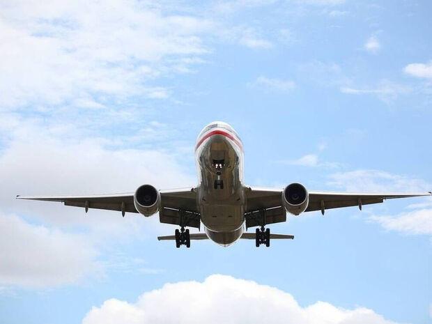 Πανικός: Αεροπλάνο έριξε καύσιμα πάνω από δημοτικό σχολείο – Δεκάδες παιδιά στο νοσοκομείο