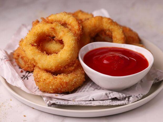 Συνταγή για onion rings γεμιστά με τυρί από τον Γιώργο Τσούλη