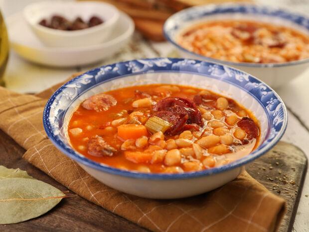 Συνταγή για φασολάδα με λουκάνικα από τον Γιώργο Τσούλη