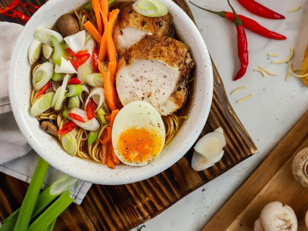 Σούπα ράμεν με κοτόπουλο, μανιτάρια και νουντλς