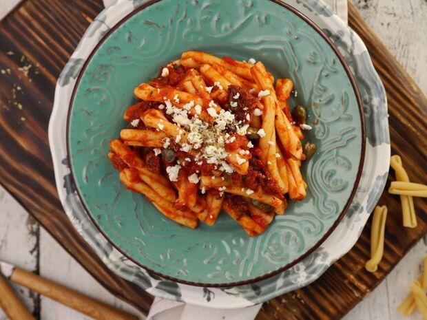 Συνταγή για σκιουφηχτά με λιαστή ντομάτα, ελιές και φέτα από τον Γιώργο Τσούλη