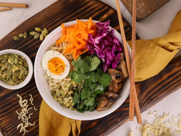 Συνταγή για υγιεινό μπολ (Buddha bowl) με noodles, μανιτάρια και αυγό από τον Γιώργο Τσούλη