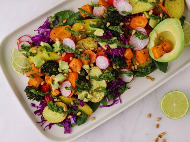 Συνταγή για σαλάτα με ψητά λαχανικά και τσιμιτσούρι από τον Γιώργο Τσούλη