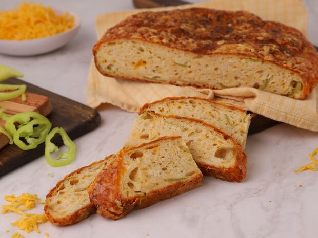 Συνταγή του Γιώργου Τσούλη για ψωμί με cheddar και πράσινες πιπεριές