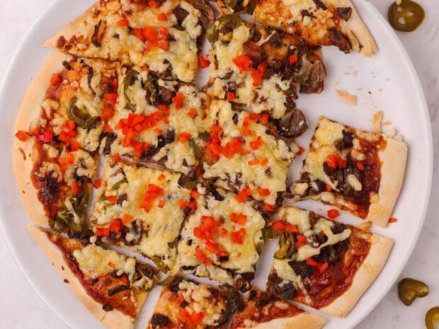 Συνταγή του Γιώργου Τσούλη για σπιτική πίτσα με μοσχάρι και BBQ sauce