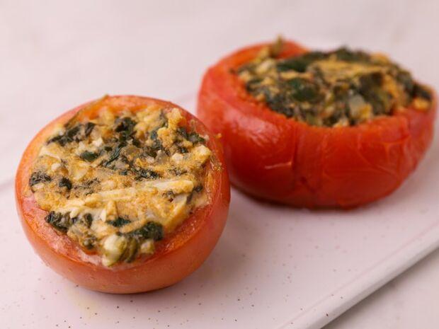 Συνταγή για ντομάτες γεμιστές με σπανάκι από τον Γιώργο Τσούλη