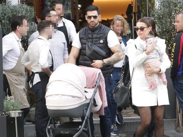 Ελένη Χατζίδου - Ετεοκλής Παύλου: Η βόλτα με το μωρό τους και οι φωτό που θα σε κάνουν να λιώσεις!