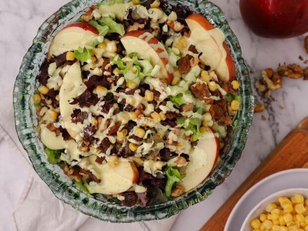 Πράσινη σαλάτα με μήλο και ξηρούς καρπούς από τον Γιώργο Τσούλη