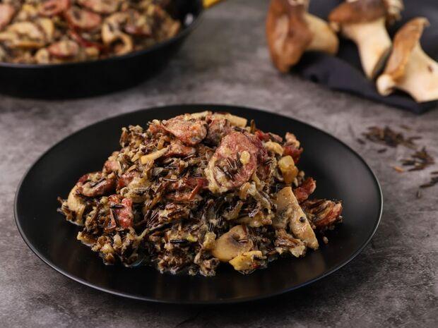 Λουκάνικο με άγριο ρύζι και μανιτάρια από τον Γιώργο Τσούλη