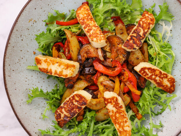 Συνταγή για σαλάτα με χαλούμι και ψητά λαχανικά από τον Γιώργο Τσούλη