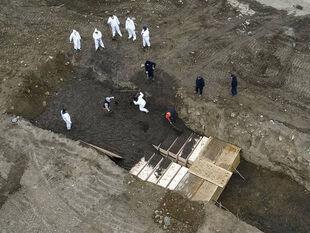 Εικόνες πολέμου: Η Νέα Υόρκη θάβει νεκρούς του κορωνοϊού σε ομαδικούς τάφους