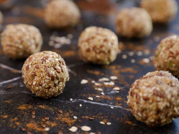 Συνταγή για energy balls με μήλο και κανέλα από τον Γιώργο Τσούλη