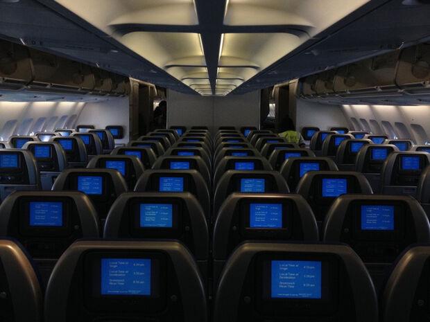 Γιατί χαμηλώνουν τα φώτα κατά τη διάρκεια της προσγείωσης και της απογείωσης στο αεροπλάνο; (video)