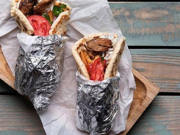 Άκης Πετρετζίκης: Σουβλάκι με γύρο χοιρινό και τζατζίκι