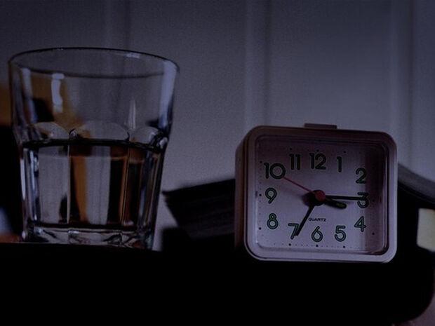 Πίνετε το νερό που έχετε δίπλα σας το βράδυ; Είναι επικίνδυνο (video)