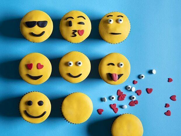 Άκης Πετρετζίκης: Emoji cupcakes