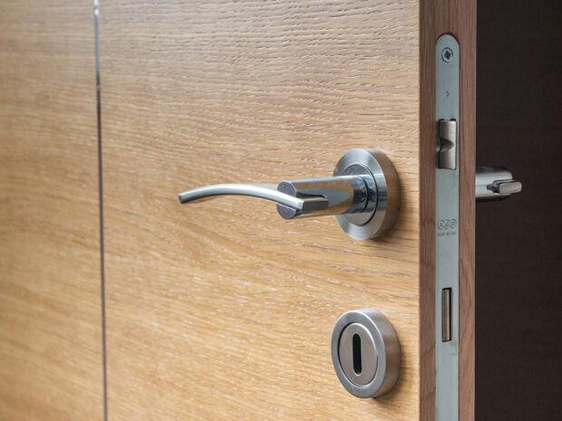 Κοιμάσαι με την πόρτα ανοιχτή; Μάλλον πρέπει να το ξανασκεφτείς (pics)