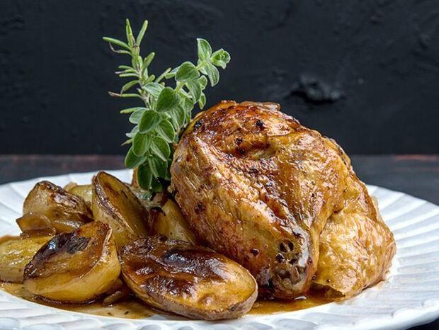 Άκης Πετρετζίκης: Κοτόπουλο με μαύρη μπίρα στον φούρνο