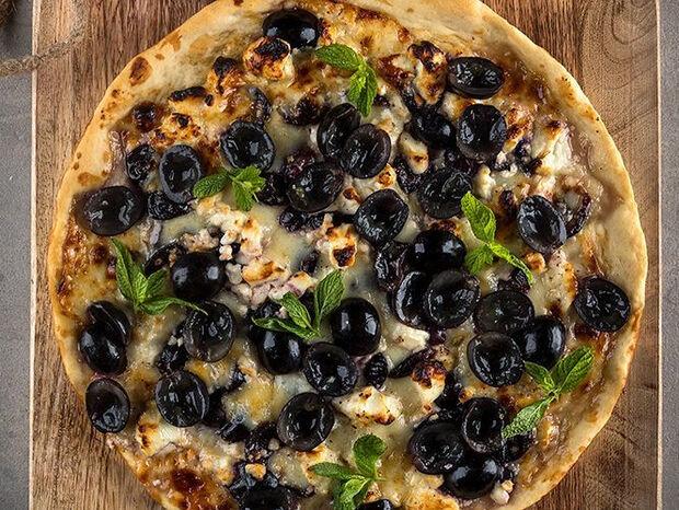 Άκης Πετρετζίκης: Πίτσα με φέτα και σταφύλια