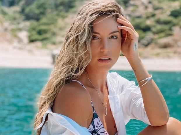Η Αθηνά Οικονομάκου εντυπωσιάζει με μπικίνι στις διακοπές της