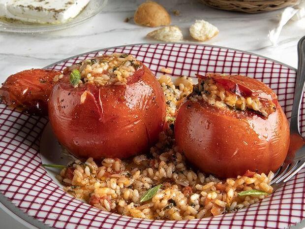 Άκης Πετρετζίκης: Συνταγή για ντομάτες γεμιστές