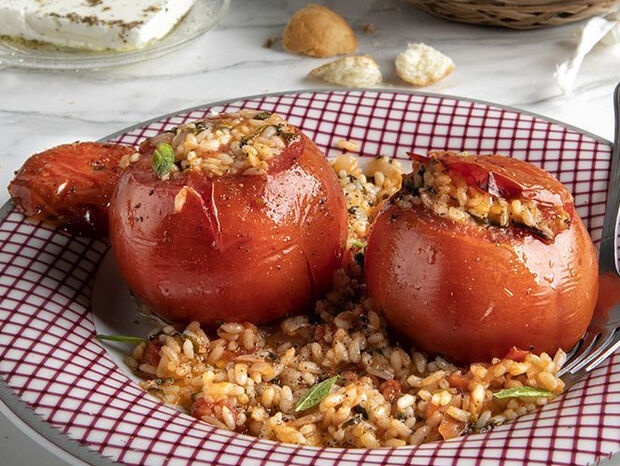 Άκης Πετρετζίκης: Ντομάτες γεμιστές